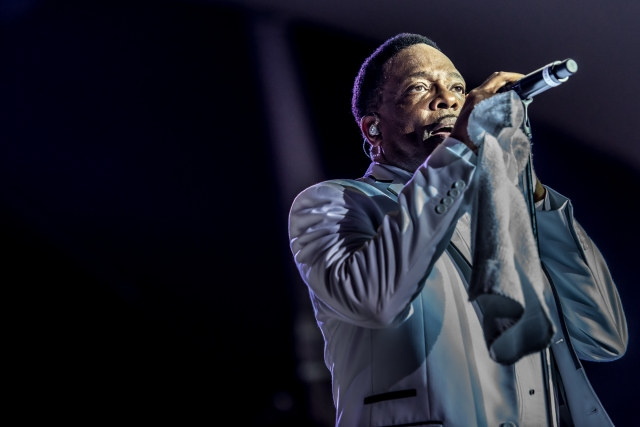 Charlie Wilson singing - close up picture